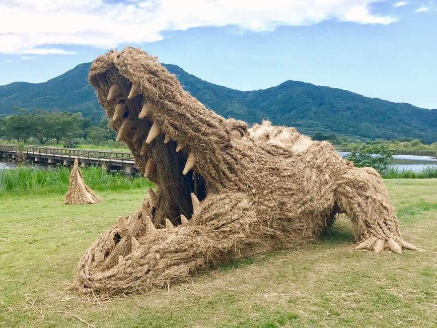 Японцы делают монстров из соломы. соломенный крокодил