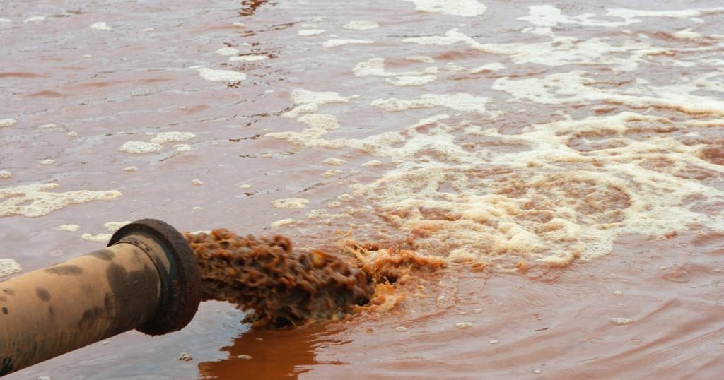 В Малайзии завод по переработке шин отравил реку. завод отравил реку