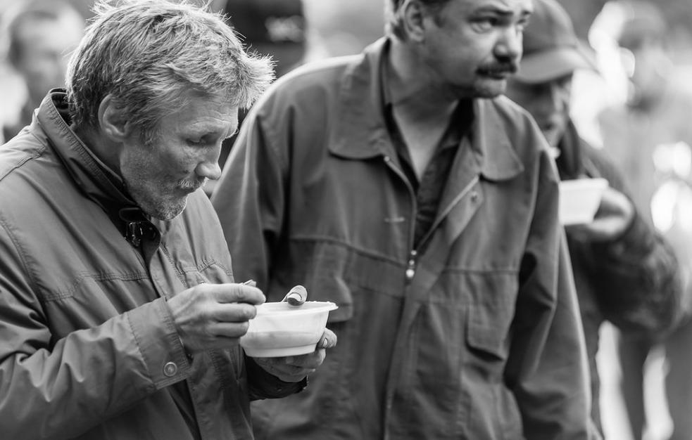 Бездомный стариков предложили определять в приемные семьи. бездомные