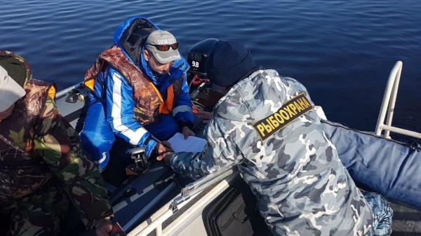 Инспекторы оштрафовали рыбаков за отсутствие измерительных приборов. рыба, рыбалка, улов, инспекция, штраф, измерительные приборы
