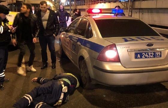 В Москве таксист сбил полицейского. полицейский
