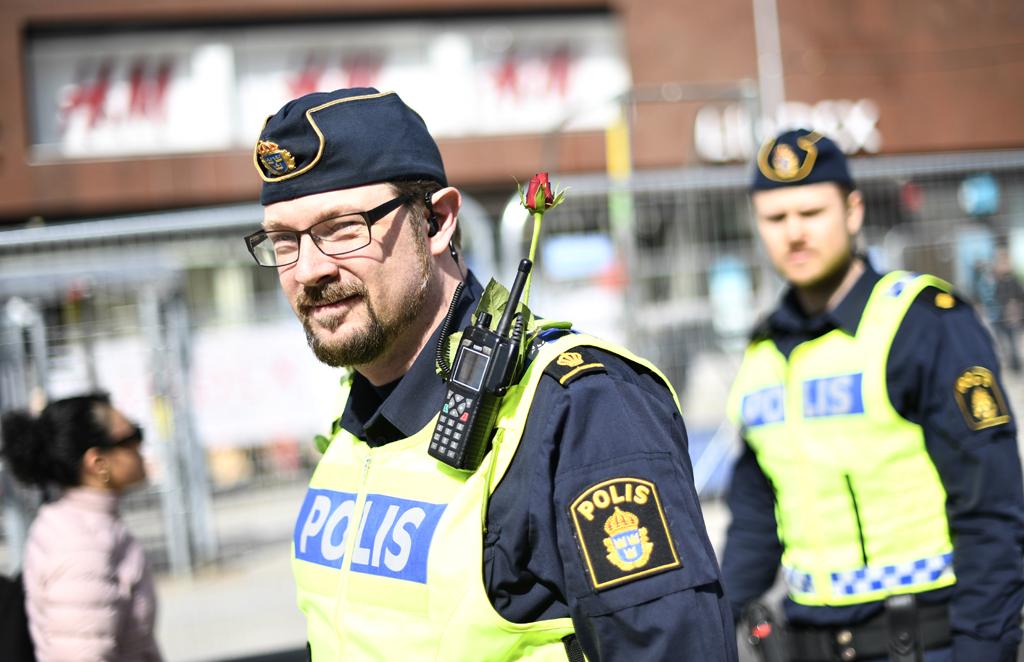Голый полицейский арестовал голого преступника. полицейский