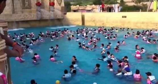 Посетителей аквапарка в Китае смыло искусственной волной. аквапарк, посетители, Китай