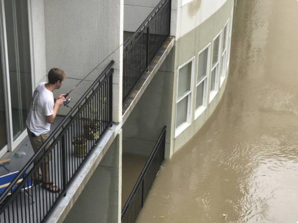 Подсекай: житель затопленного Тулуна ловит рыбу прямо с балкона. рыба, рыбалка, балкон, Тулун, Иркутская область