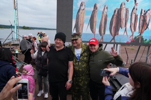 В Карелии рыбакам за пойманную щуку подарили внедорожник. фестиваль, рыбы, щука, внедорожник, Карелия