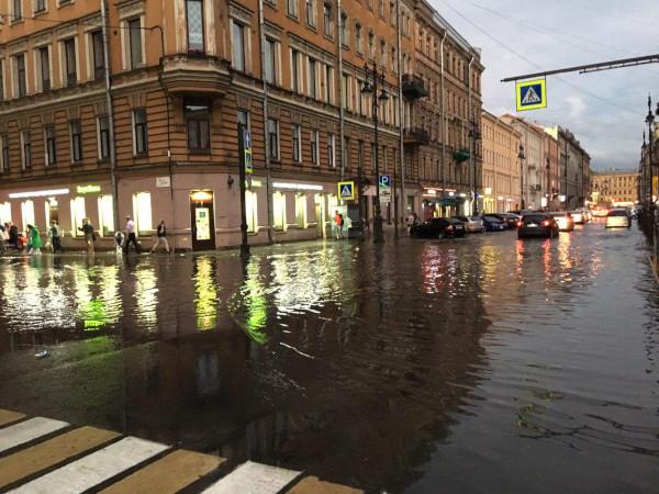 Из-за ливня на улицы Санкт-Петербурга вышли дополнительные бригады «Водоканала». погода, дождь, ливень, потоп, Петербург