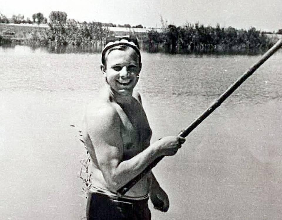 Юрий Гагарин любил порыбачить и посидеть в компании рыбаков. Гагарин