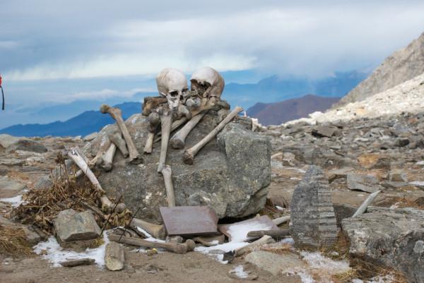 У гималайского Озера Скелетов обнаружили европейские кости. ученые, исследование, озеро, озеро Роопкунд, Гималаи,  скелеты