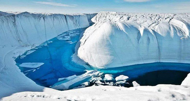 Издание Esoreiter показало реку, текущую во льдах. река