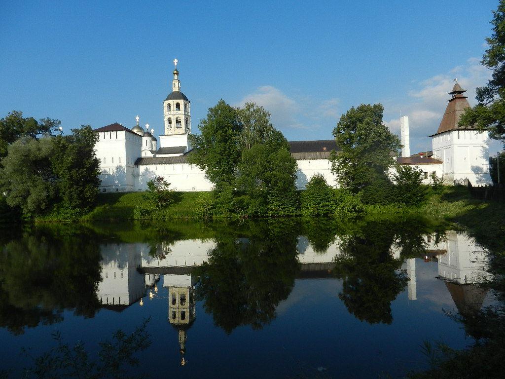 В монастырский пруд запустили санитаров. пруд
