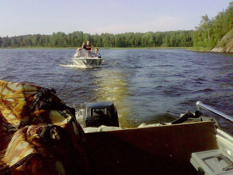 Рыбаки спасли семью на Ладоге. лодка