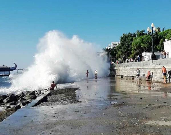 Спасатели призвали не купаться в Чёрном и Азовском морях во время шторма. море, Черное море, Азовское море, Крым, шторм, спасатели