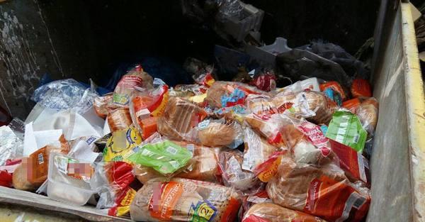 В Сызрани просроченный хлеб выбрасывают на помойку. 14723.jpeg