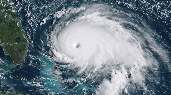 Ураган Лоренцо в Атлантическом океане усилился до высшей категории. океан, Атлантический океан, ветер, ураган, Лоренцо, Национальный ураганный центр США