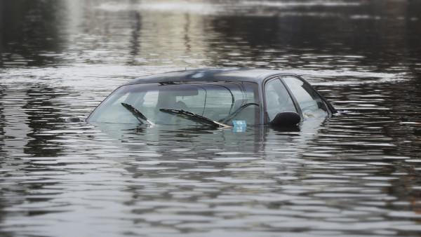 В Москве  машина утонула с людьми внутри. река, машина, Коломенская набережная, Москва
