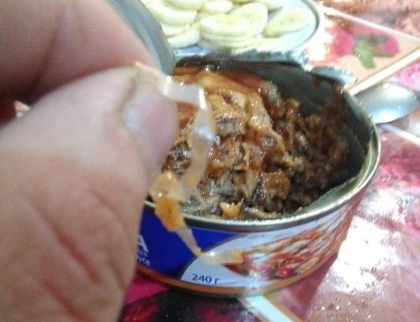 Килька в «шубке» из целлофана. Житель Магнитогорска купил консервы с не заявленными ингредиентами. рыба, Федор Беседин, магазин, консервы, килька, Магнитогорск