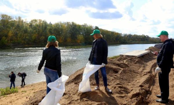 Жители Оренбурга вышли на субботник в честь Всемирного дня чистоты. экология, мусор, акции, праздник, Всемирный день чистоты, субботник, день, уборка, город, Оренбург