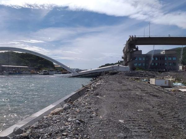 На Тайване под бензовозом обрушился треснул мост и упал в море. мост, бензовоз, обрушение, море, провинция Илань, Тайвань