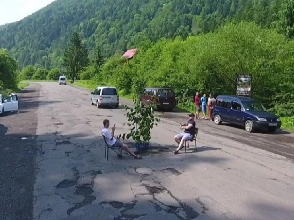 Двое мужчин устроили «рыбалку» на автотрассе. 15852.jpeg