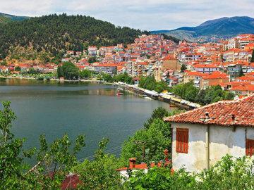 В озере на севере Греции из-за жары и засухи массово гибнет рыба