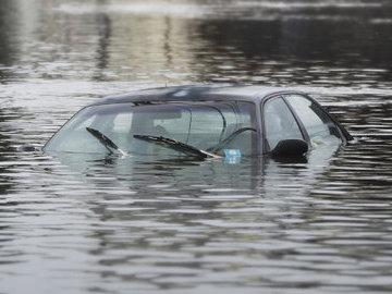 В Москве утонул автомобиль с людьми