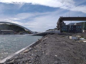 На Тайване под бензовозом обрушился треснул мост и упал в море
