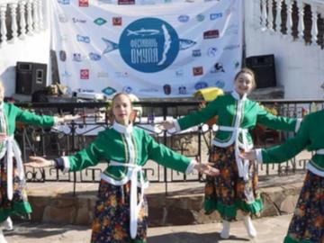 """В озеро Байкал на фестивале """"День омуля"""" выпустили 8 тысяч мальков"""