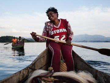 В Руанде женщины освоили профессию рыбака