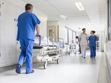 Врачи: не торопитесь из больницы домой перед Новым годом