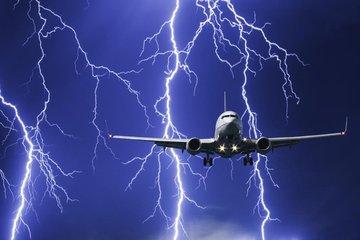 В российский самолет ударила молния