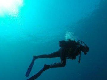 Дайверы обнаружили на дне Средиземного моря маски и перчатки