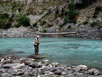 Ловля рыбы в водоеме с быстрым течением
