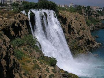 От зловонного запаха в водопаде Дюкен в Анталии погибла рыба