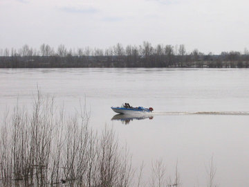 Суд конфисковал у браконьера лодку с мотором