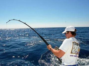 Акула чуть не откусила рыбаку руку