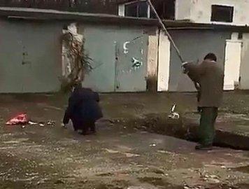 Новороссийцы ловят кефаль в ливневке