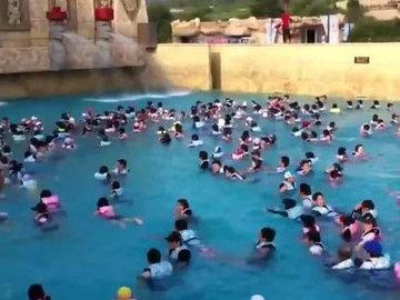 В Китае посетителей аквапарка смыла искусственная волна