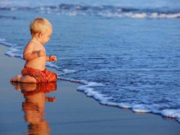 Рыбак поймал в океане младенца