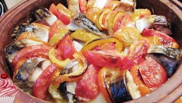 Скумбрия с овощами под сметанной заливкой